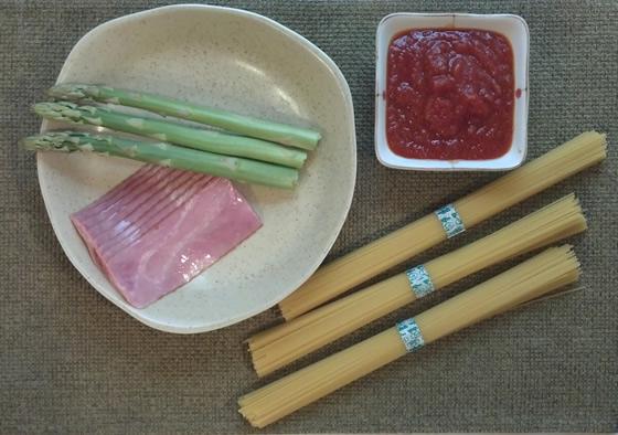 アスパラガスとベーコンのトマトパスタ・レシピの調理前の写真