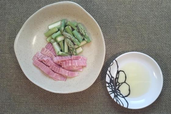 アスパラガスとベーコンのトマトパスタ・レシピのカット後の写真