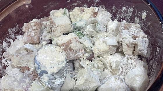 アスパラガスの食材と薄力粉を混ぜた写真